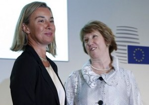 Italy's Foreign Affairs Minister Federica Mogherini (L) and European Union foreign policy chief Catherine Ashton look on before a news conference at the end of an informal meeting of the EU Foreign Affairs Ministers in Milan August 30, 2014.  REUTERS/Alessandro Garofalo (ITALY - Tags: POLITICS) - RTR44BIV