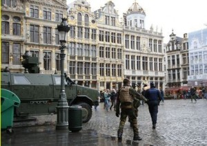 """A Belgian soldier patrols on Brussels Grand Place in central Brussels, November 21, 2015, after security was tightened in Belgium following the fatal attacks in Paris. Belgium raised the alert status for its capital Brussels to the highest level on Saturday, shutting the metro and warning the public to avoid crowds because of a """"serious and imminent"""" threat of an attack. REUTERS/Francois Lenoir - RTX1V5BV"""