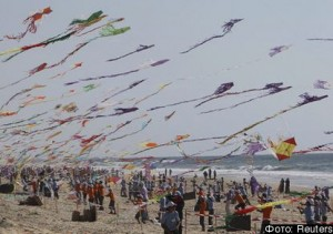 Palestinian children fly kites on the beach of Beit Lahiya in the northern Gaza Strip during a summer camp organised by the United Nations Relief and Works Agency (UNRWA) July 29, 2010. REUTERS/Mohammed Salem (GAZA - Tags: SOCIETY)